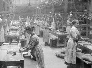 Londoni ruhagyár az első világháború idején (Forrás: wikipedia)